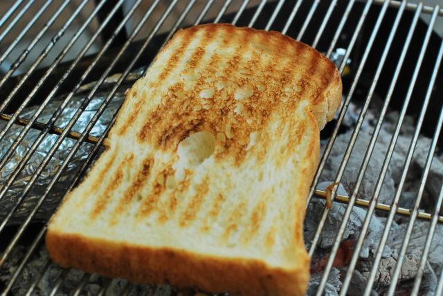 バーベキューコンロで焼く食パンがうますぎる