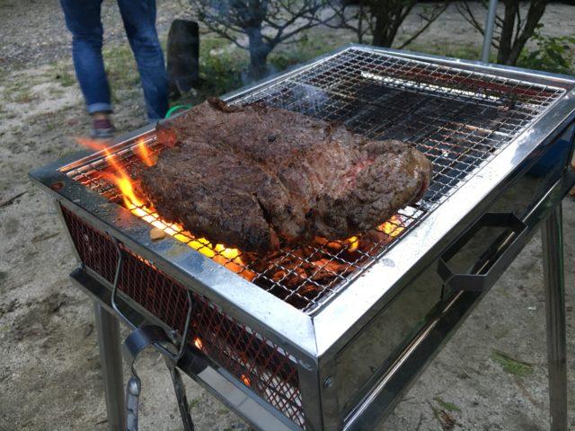 バーベキューでステーキを焼く