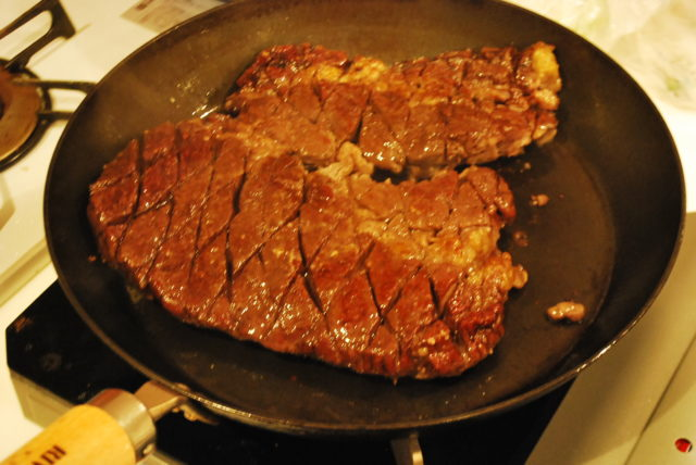 フライパンでステーキを焼く