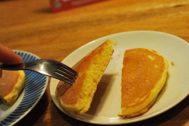 トースターで温めたホットケーキをナイフで切る